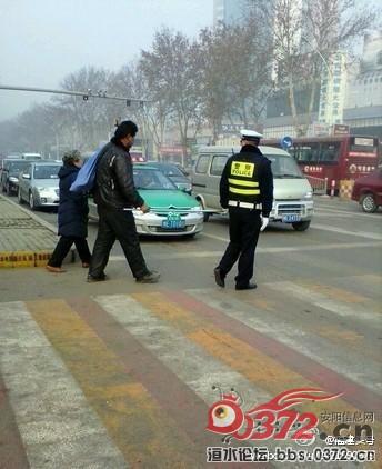 安阳/好交警】在安阳市解放路与红旗路路口,一名交警正小心翼翼牵引...
